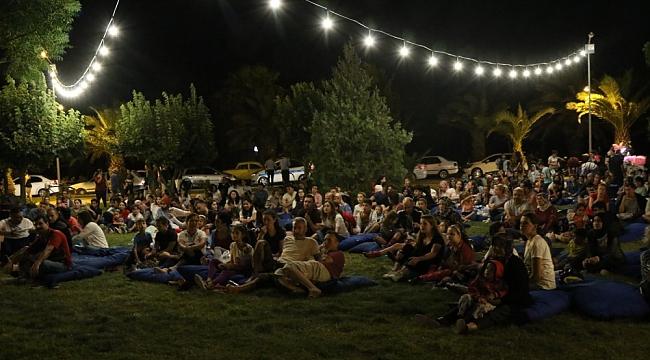 Akhisar Belediyesi açık hava sinema günleri keyifli geçiyor
