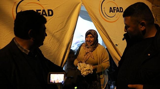 Akhisar Belediyesi depremzedelerin ihtiyaçlarını gideriyor.