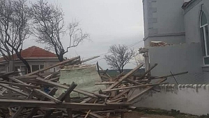 Aşırı rüzgar nedeniyle minare yıkıldı!