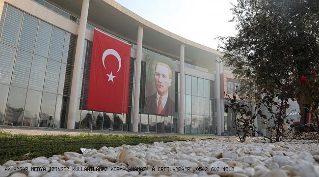 Türk Bayrağı'nı Yırtan Yunan Vekile Akhisar Belediyesi'nden Anlamlı Tepki