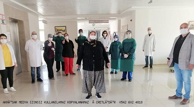 Manisa'da Kovid-19'u yenen 3 hasta alkışlarla taburcu edildi