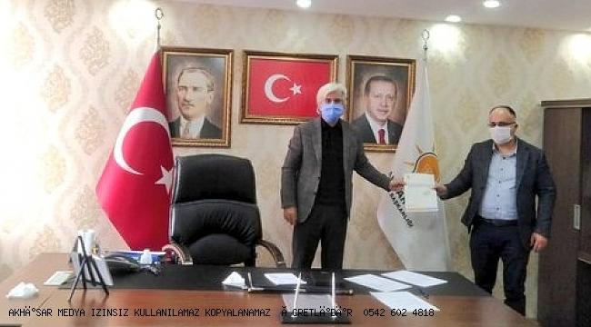 Salih Hızlı, Akhisar İlçe Başkanlığına atanan Fatih Mehmet Füzün'e atanma belgesini takdim etti.