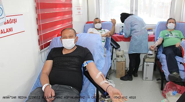 Akhisardaki  kan bağışı büyük ilgi gördü
