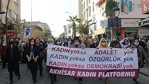 8 Mart Dünya Emekçi Kadınlar Günü'nde  Akhisar'da  kadınlardan mor yürüyüş