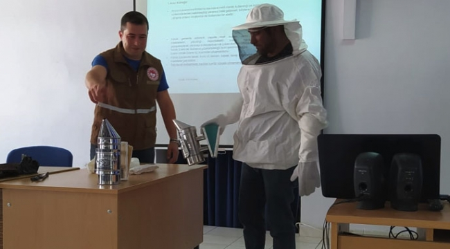 Akhisar Halk Eğitimi Merkezi Müdürlüğü ve Akhisar ilçe tarım Müdürlüğü iş birliğinde arıcılık kursu açıldı.
