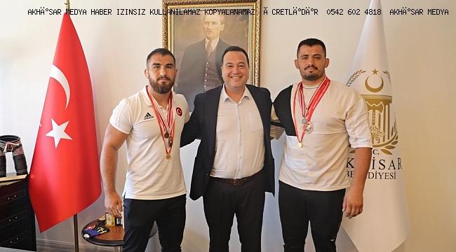 Başkan Besim Dutlulu, Akhisar'ın gururu güreşçileri konuk etti